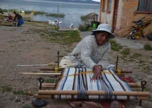 A dos horas de La Paz llegamos al Lago Titicaca, donde se va la cultura y forma de vida de las comunidades de este sector de Bolivia.